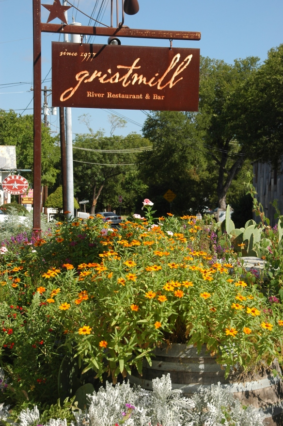 Blumenarrangement am Eingang zum Gristmill Restaurant